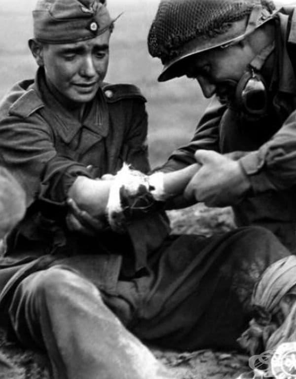 Американски войник преглежда млад германски военнослужещ, 1944.