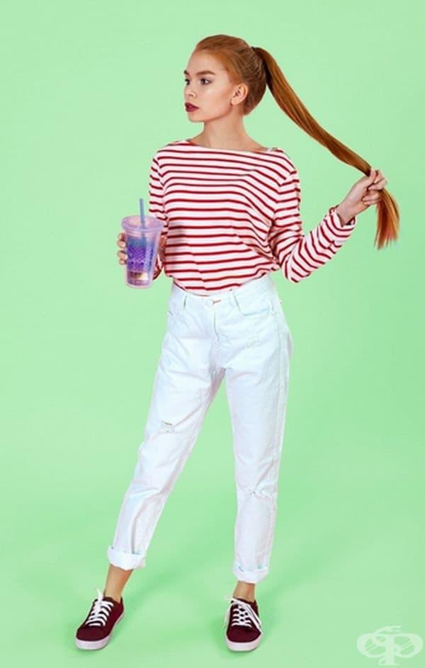 За горещо парти. Памучните капри панталони или леките дънки с маратонки са идеални за летни партита. Основното нещо - не забравяйте, че маратонките трябва да имат същия цвят като райето на блузата ви.