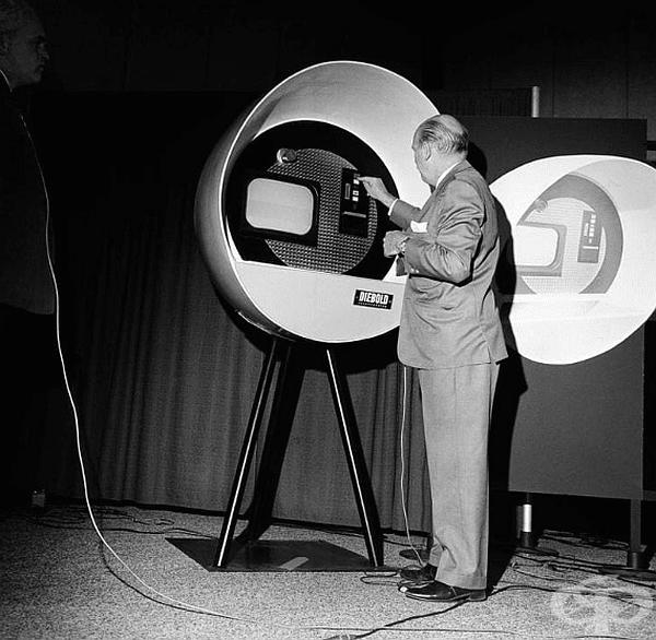 Един от първите банкомати. Сан Франциско, 1966 г.