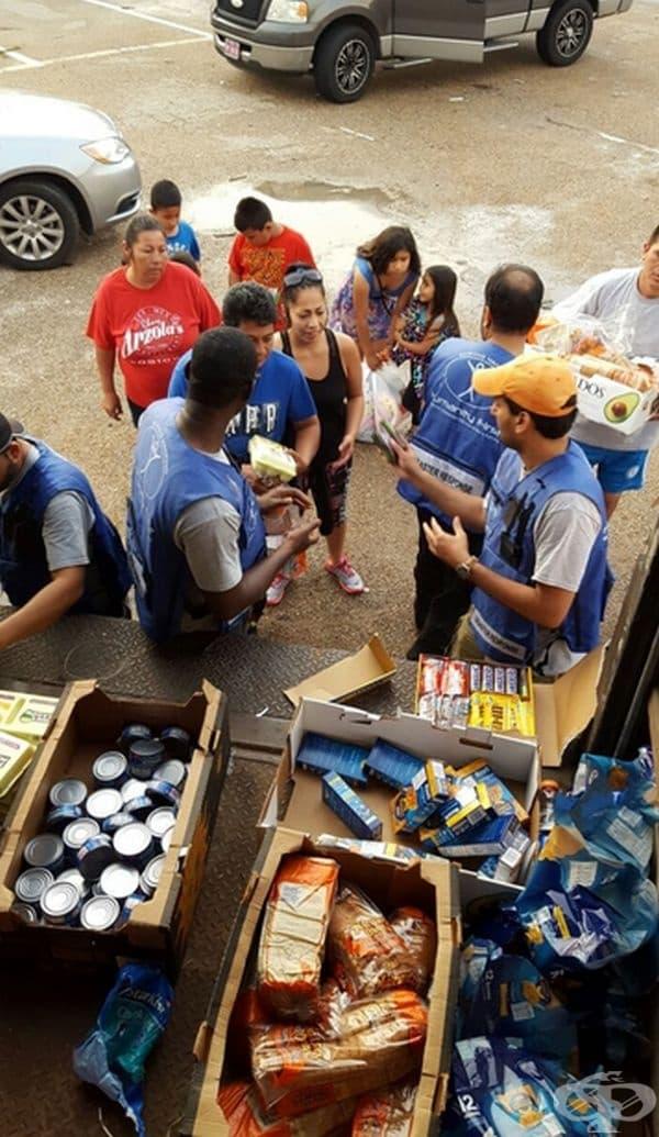 Тези мъже раздаваха храна по време на наводненията от Хюстън.
