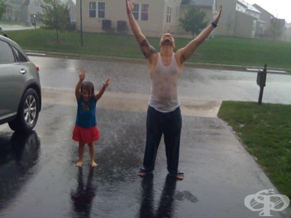 """""""Просто аз и дъщеря ми... танцувайки под дъжда."""""""