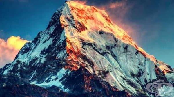 Границата между Непал и Китай преминава точно над връх Еверест.