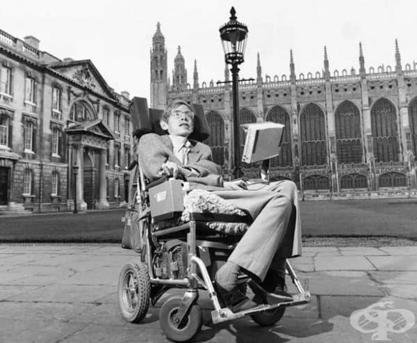 Той комуникира с хората чрез специален компютър на инвалидната количка. Пише статии, ползва интернет, но процесът е сложен и бавен. Управлението се извършва с единствения мускул, който той може да контролира–един от лицевите мускули на бузата, под окото.