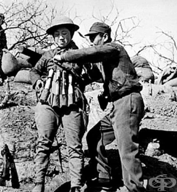 Китайски войник - камикадзе с жилетка от експлозиви, в готовност срещу японски танкове в битката при Тайджууан, 1938 г.