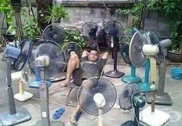 Някои хора се спасяват от жегите по този начин.