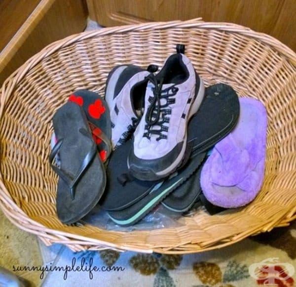 Поставете обувките си в кошница, за да предотвратите навлизането на насекоми в тях.