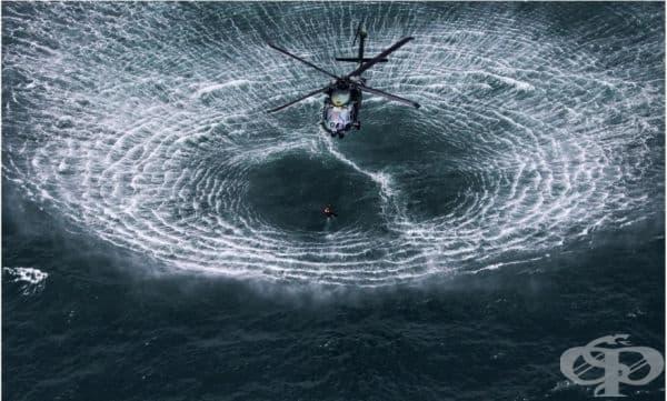 Хеликоптер се приближава към повърхността на водата.