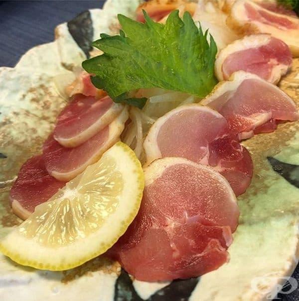 Сурово пилешко месо. Това е популярна храна в Япония, въпреки сериозния риск за здравето. Суровото месо, поднесено филирано се използва в основни ястия и не само. Новия тренд напоследък е шоколадова торта със сурово месо.