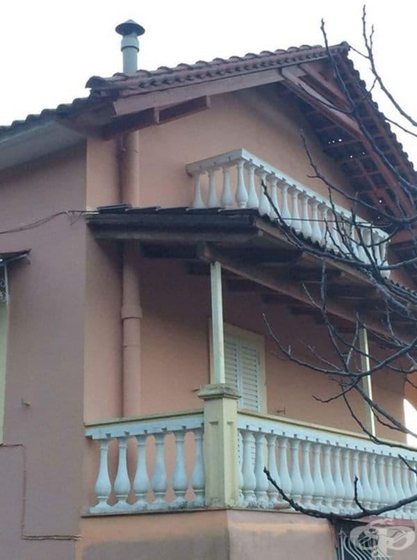 Интересно каква е функкцията на горната тераса без врата към нея.