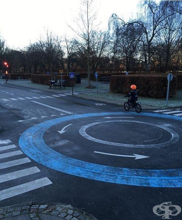 В Копенхаген има специална детска площадка с реална пътна маркировка, където децата могат да научат правилата за движение, карайки велосипеди.