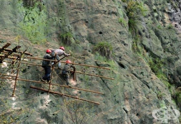 Вижте как се изграждат планински пътеки в Китай. Страшно е дори на снимка