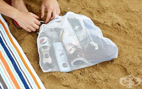 Използвайте мрежеста чанта за вашите принадлежности на плажа. Ще ги откривате по-лесно.