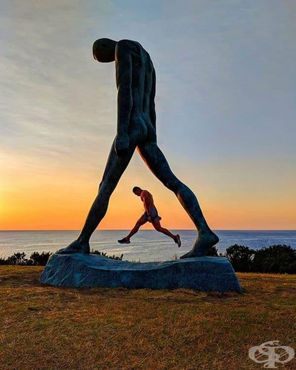 """Огромна скулптура, наречена """"Walking by Wei Wang"""", на фестивала """"Скулптури край морето"""" в Бондай бийч, Австралия."""