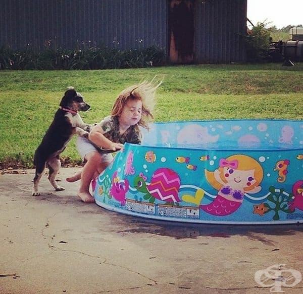 Когато те бутнат в басейна.
