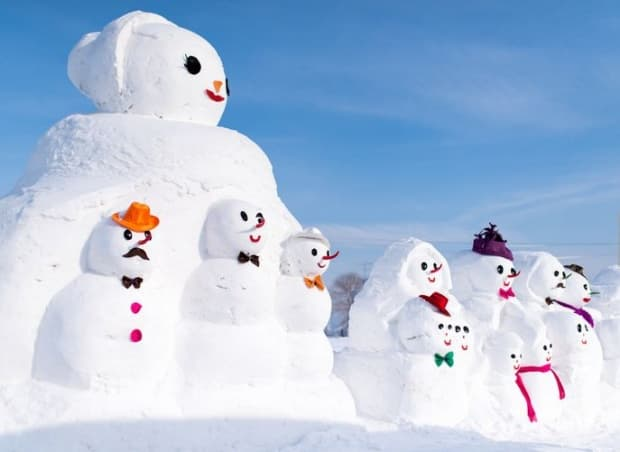 Малките снежни човеци са украсени с разноцветни шалчета, шапки и аксесоари.