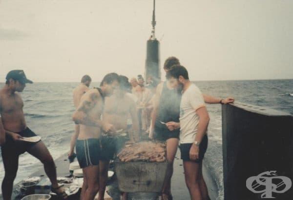 """""""Баща ми прави барбекю на покрива на подводница."""""""