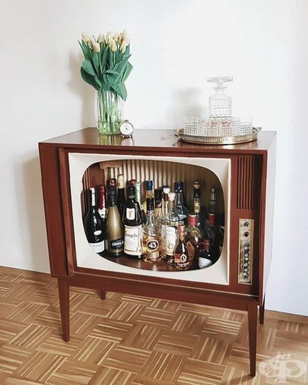 Можете да превърнете кутията от стария телевизор във виртуален шкаф за алкохол във вашата дневна.