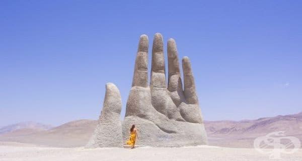 """""""Ръката на пустинята"""", Атакама, Чили. Скулптурата е туристическа атракция, която ежегодно привлича хиляди посетители."""