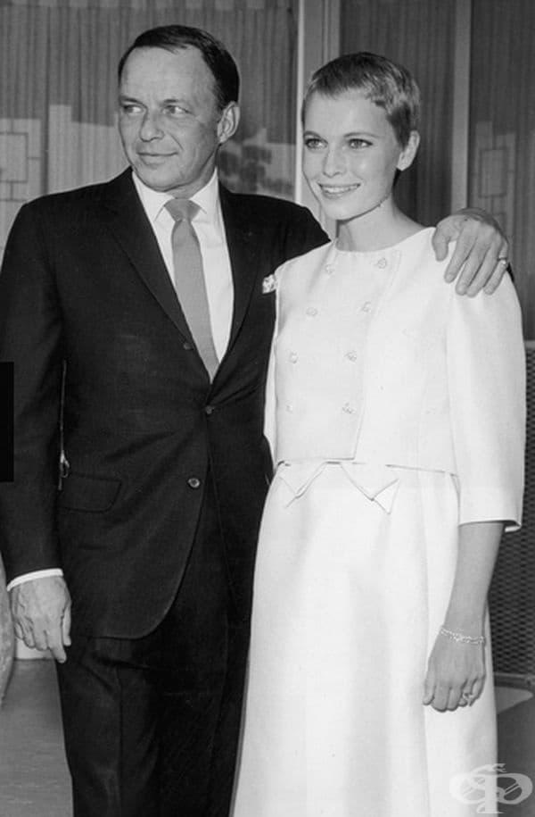 Мия Фароу, 1966 г. На сватбата си с Франк Синатра през 1966 г, Фароу се появява с бяла къса пола и сако. Самият брак се е считал за скандален предвид голямата възрастова разлика между двамата (Фароу – 21г., а Синатра – 51г.)