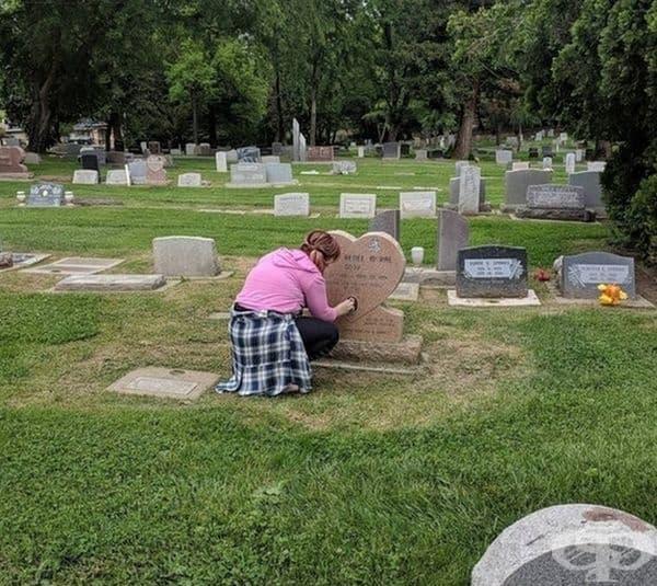 """""""След като посетихме надгробния парцел на майка й, приятелката ми остана и реши да почисти снимките по надгробните плочи на всички деца, които намери""""."""