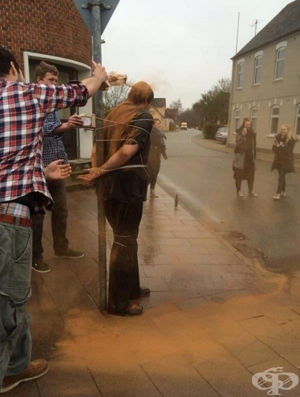 """Поръсване с канела, Дания. Традицията повелява да се поръсят """"изкъпят"""" с канела хора до 25 години, които все още нямат половинка. След 30 г. се поръсват с червен пипер."""
