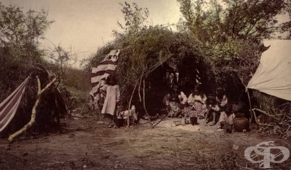 Семейство Апачи в своя Вигвам от дърво и храсти