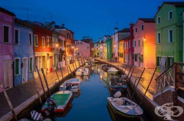 Бурано - малко село на час от Венеция, в което има редица колоритни къщи.