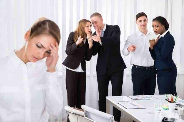 Говорят зад гърба ви. Завистниците могат да ви се радват, но зад гърба ви обичат да ви обсъждат с колегите.Крайният извод в подобни разговори е, че вашият успех не е заслужен: вие сте с връзки, просто сте имали късмет или някой друг ви е свършил работата.