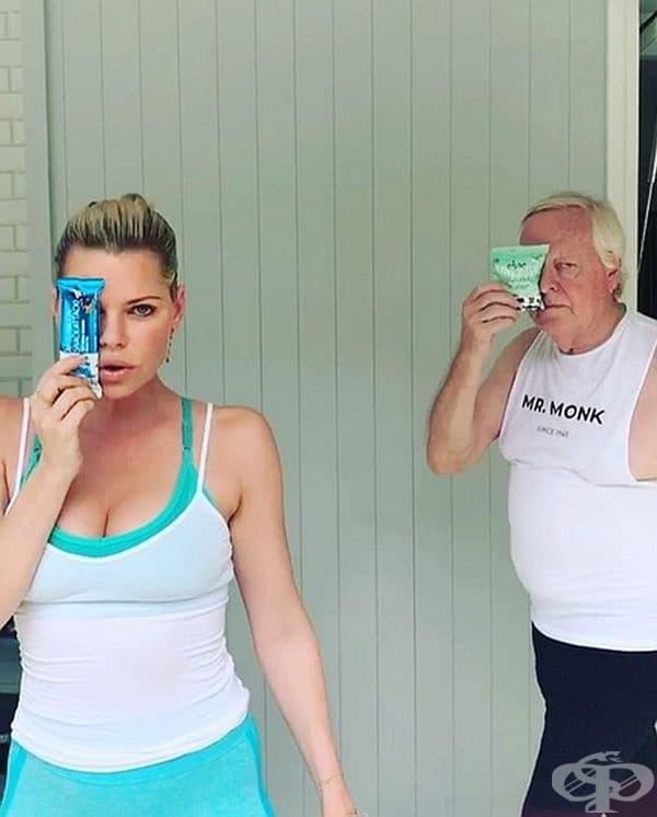 Въпреки че им стро къща в непосредствена близост, австралийката признава, че обича да живее с родителите си. Тя редовно снима забавни клипове с баща си и ги поства в профила си в Instagram за радост на абонатите.
