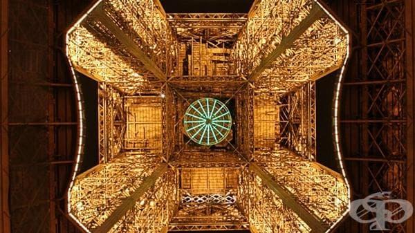 Айфеловата кула отдолу.