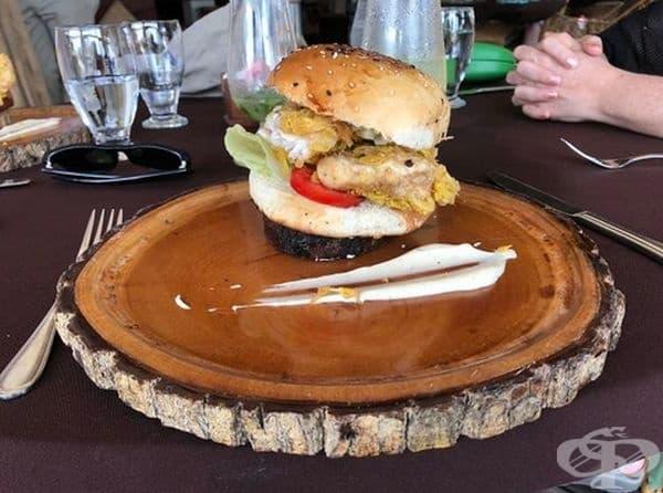 В Белиз сервират бургер върху малък дървен диск на върха на друга дървена плоча.