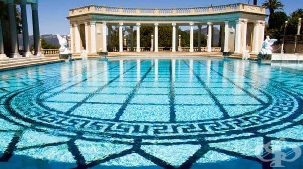 """Басейн """"Нептун"""", замък Хърст, Калифорния. Замъкът е със статут на национален паметник с най-големия частен зоопарк в света и басейна на Нептун, включващ фонтани, мини басейни, скулптури, мраморни беседки и др. Водата се влива в басейна от планински извори"""