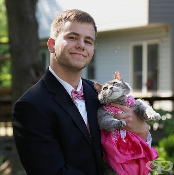 Той отиде с котката си на бала.