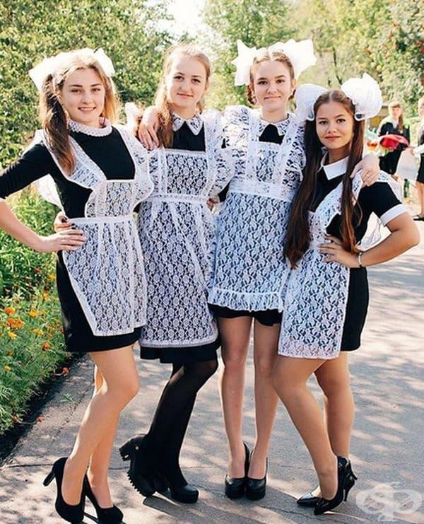 Прието е завършващите ученици да са облечени с ретро униформа от съветското време: тъмно кафява/черна рокля с бяла яка и престила.