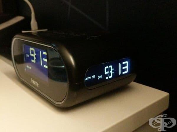 Часовник в хотелска стая с втори дисплей отстрани.