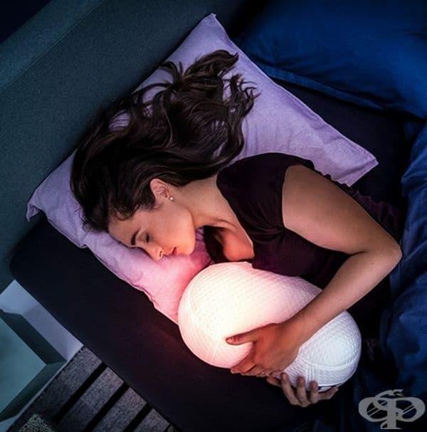 Възглавницата Somnox е робот, който произвежда успокояващи звуци, синхронизирани с вашето дишане.