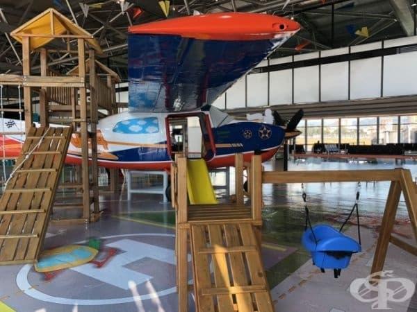 Това летище разполага с вътрешен самолет, в който децата да играят, докато чакат своя полет.