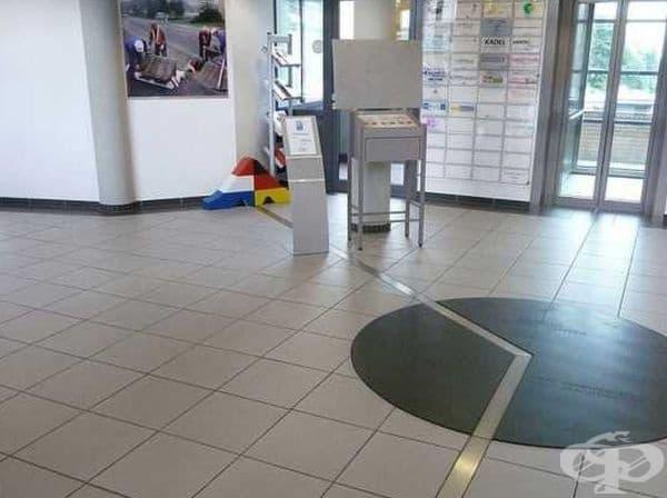 Метална лента разграничава териториите на Германия и Холандия в бизнес центъра Eurode.