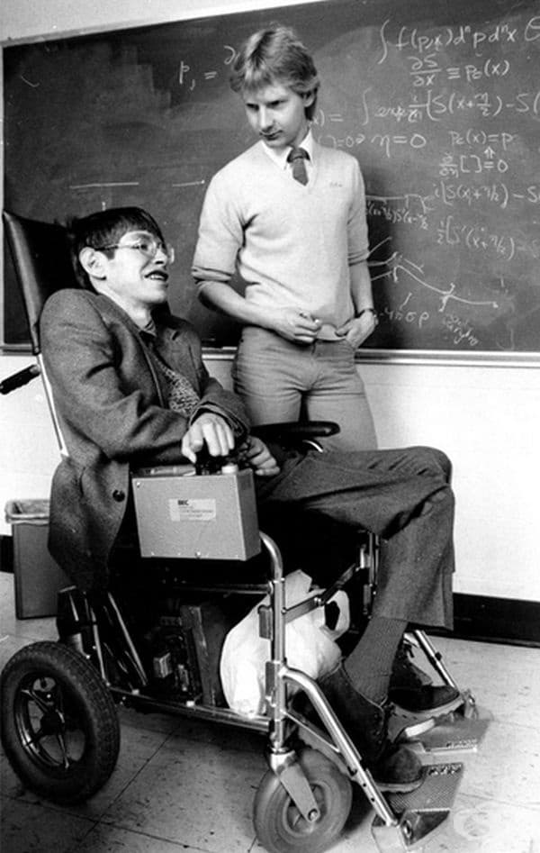 През 1974 г. той доказва, че черните дупки реално не са абсолютно черни, а излъчват енергия под формата на елементарни частици, докато изчерпят своята енергия и избухнат.