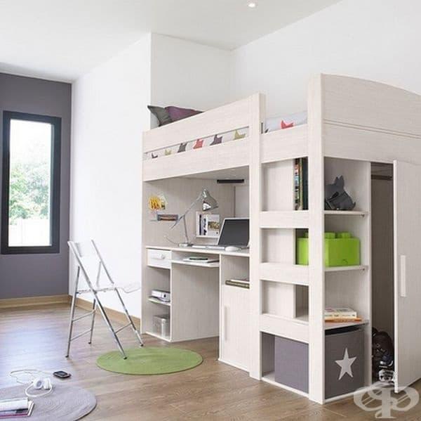 Използвайте нетрадиционно легло. Инсталациите с легло и бюро са добра алтернатива за малка стая. Децата също се радват на подобни предложения.