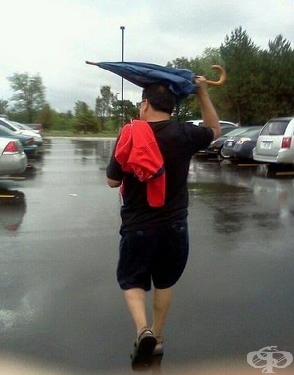 Може би никой не му е обяснил как се използва чадърът в ръката му.