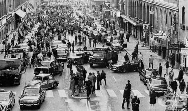 Стокхолм, ден след като Швеция промени посоката на движение от лява в дясна лента, 3 септември 1967 г.