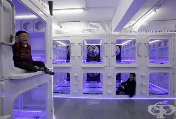 Капсули в Хонконг. Таваните тук са подвижни, стаите са обзаведени с телевизор и климатик.