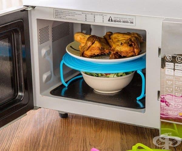 Поставка за микровълнова фурна, с която могат да се затоплят две ястия едновременно.