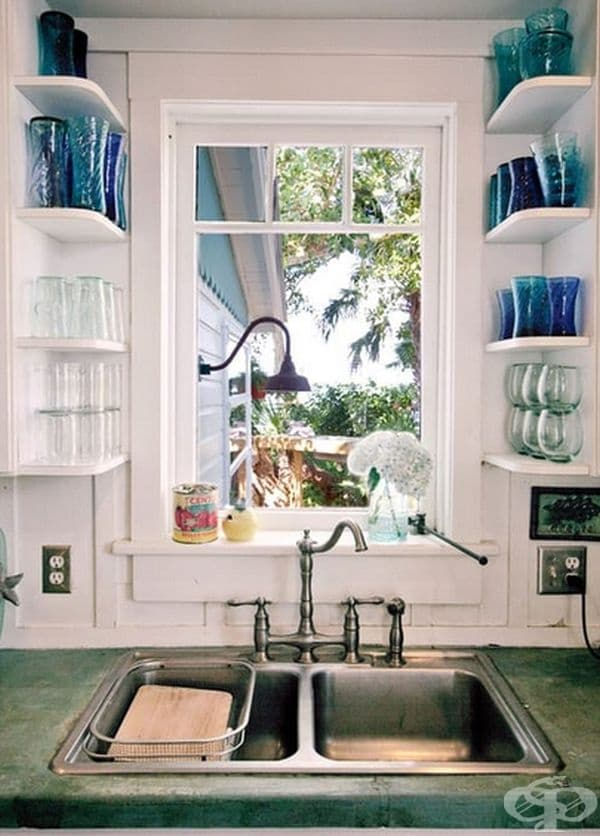 Всяко празно пространство може да бъде пригодено за употреба - малки рафтове за чаши.
