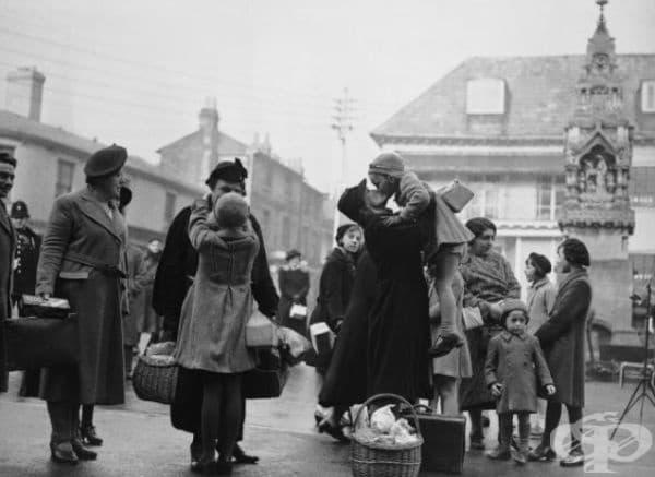 Родители се събират с децата си по време на Втората световна война в Сафрън Уолдън, Есекс.