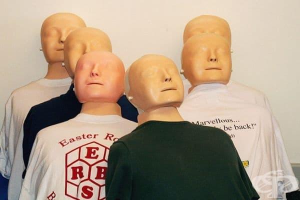 През годините обаче се появяват въпроси относно автентичността на лицето и дали маската е направена върху лицето на труп на удавена жена. Според редица учени дори самоубийците се борят за живота си в последните секунди и това се проявява на лицата им.