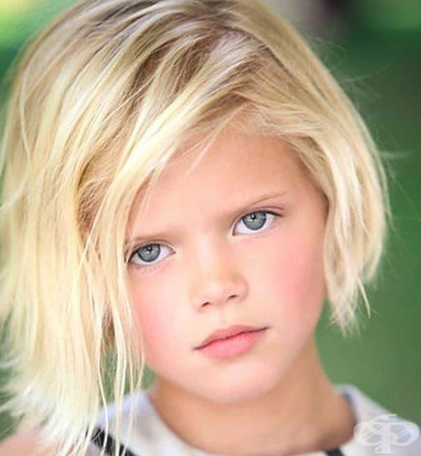 Светлокосо момиченце с кристално сини очи.
