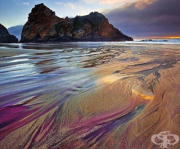 Лилавият плаж, Пфайфър, Калифорния. Цветът на плажа е формиран от залежите на манганов гранат от близките хълмове, ерозиращ в морето.