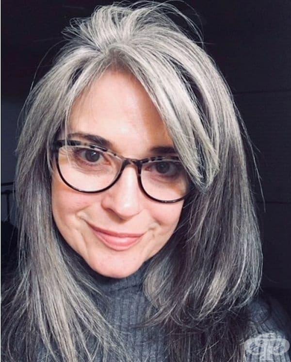 """""""Боядисвах косата си от малка за забавление. Когато започна да посивява, боядисването престана да бъде забавно. От 5 години съм с естествения си цвят и тя се превърна в това, в което се опитвах да я направя чрез боядисването - жизнена и динамична."""